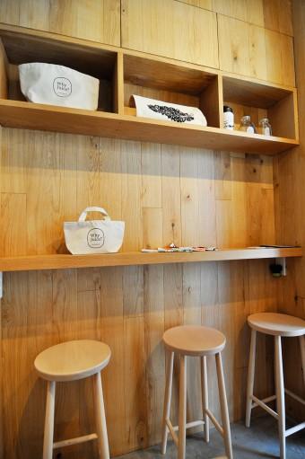 店内に設置された椅子でジュースタイムを。棚にはトートバッグなどオリジナルグッズも。