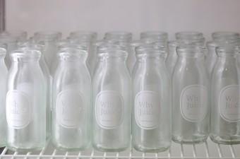 牛乳瓶のかたちをしたユニークなボトルは飲み終わった後も飾っておきたくなるような佇まい。
