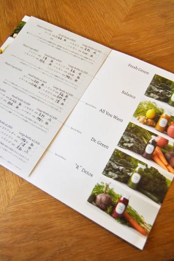 届いたばかりの新鮮な野菜・フルーツは、その日の朝にメニューに手書きで産地が表示される。