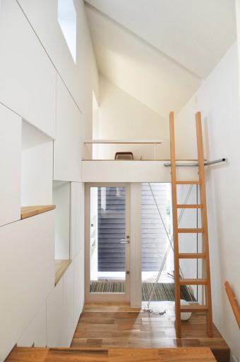 玄関入ってすぐの梯子を上って左手奥には畳の間がある。