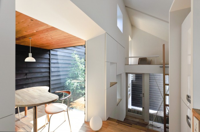 左の食事の間に置かれたテーブルは建築家によってこの家のためにデザインされたもの。椅子はウェグナーの「PP701」。平野さんの身長に合わせてウェグナーの自邸で使われているものと同じサイズで特注。背にマホガニーが使われたヴァージョン。