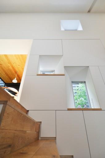 厚い壁の内部は収納。角度がついた開口デザインで光が拡散する。