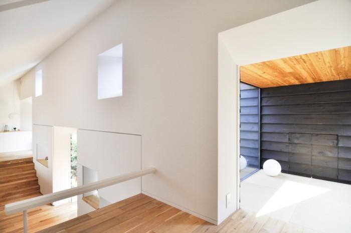 """ごろごろするのが快適という畳の間は天井高が140cmほど。このスペースにも""""社会の窓""""と名付けられた小さな開口がある。"""