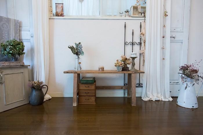 アンティークのドアや柵などをネットで購入。古びた家具やドライフラワーとともに、フレンチシックな雰囲気に。