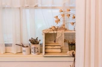 骨董市で買った小物などを出窓に飾る。