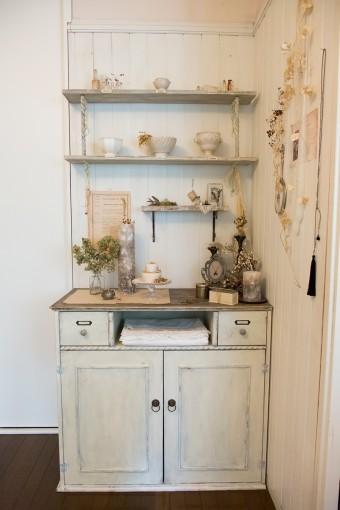 ひとりで作りあげたキャビネットと棚。グレーで塗り上げた。パーツにもこだわりが感じられる。