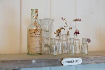 アンティークの小瓶は見つける度に購入。プレートも骨董市で見つけたもの。