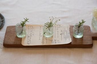 ダイニングテーブルも、さり気ないセンスで飾る。ここも小瓶が活躍。