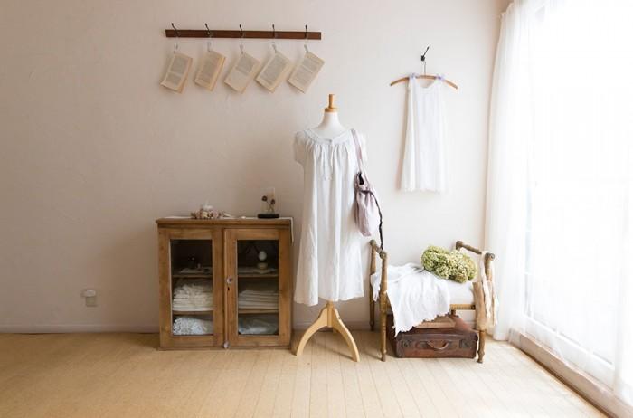 古道具が味を出している2階のアトリエ。立体感のある刺繍をひと針ずつ縫い上げる。