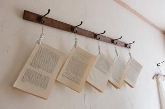 商品の梱包用にも使う古い本の紙面。