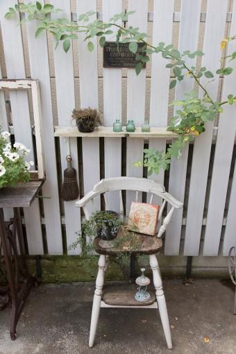 子供たちが小さい頃使っていた椅子を庭に。自然に風化していくのが魅力。