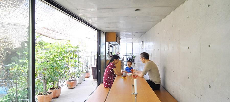 都会で自然に囲まれた暮らし3.7×18mの家を、建築的仕掛けで超快適に住まう