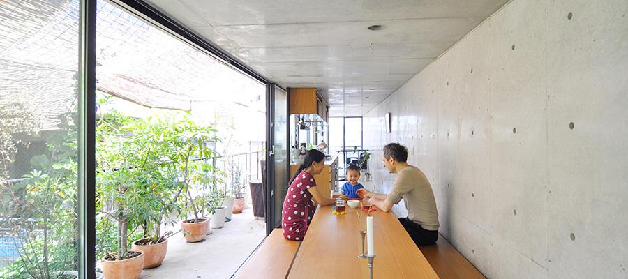 都会の真ん中で自然に囲まれた暮らし  3.7×18mの家を、 建築的仕掛けで超快適に住まう