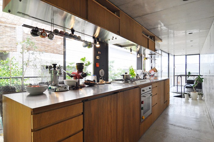 視界と風が抜けるように冷蔵庫と冷凍庫はカウンターの下に収納している。