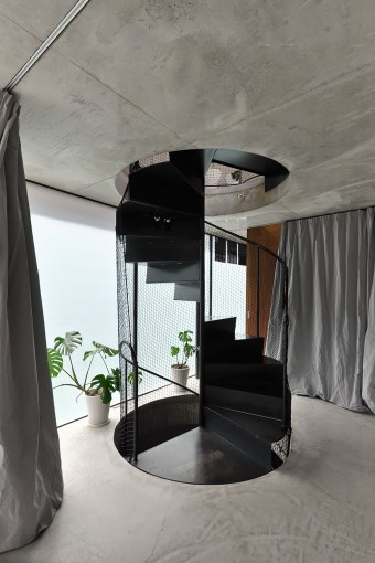 2階の階段部分。スチールの螺旋階段は、3階の壁・天井を打設する前に、上から円く開いた床を通して入れて設置した。