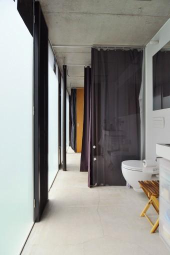2階。1階と同様にカーテンでスペースを仕切る。奥が寝室。