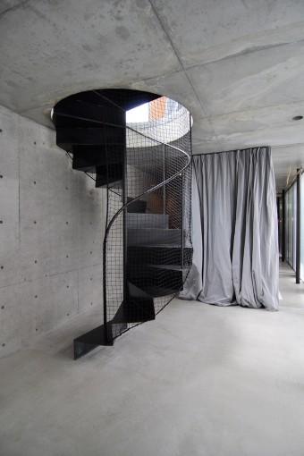 1階の玄関前スペース。奥さんは螺旋階段が「オブジェのようで美しく、感動的」という。
