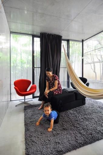 1階奥のスペースでの奥さんと息子さん。裏には竹を植えた。このスペースは夏に涼むのにいいという。