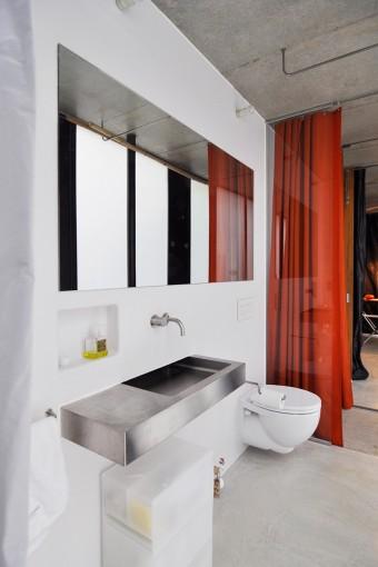 1階のゲスト用の水回りスペース。FRPを吹き付けただけの壁が感じのいい質感を出している。