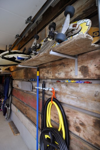 「ガレージの壁をボードの仕上げにすると、補強が入っている場所にしかラックがつけられないので、古材を貼って好きな場所にラックをつけられるようにしました」