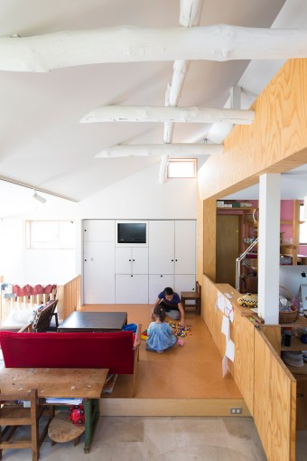 段差を設けることで変化をつけたリビング。子供のためにコルクの床にすることを設計士が提案した。