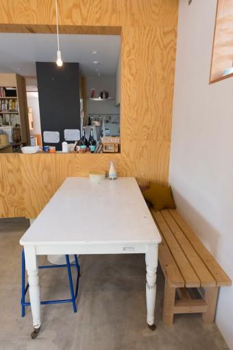 美沙さんの手料理を味わうダイニング。テーブルは可動式でフレキシブルに対応。