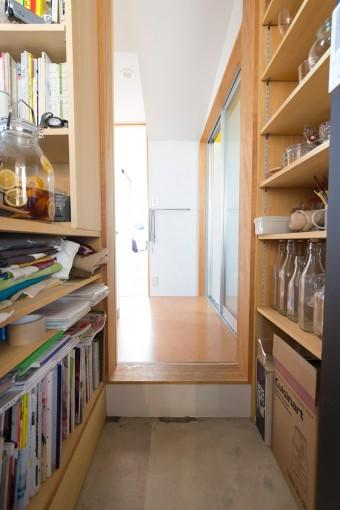 奥のベッドルームやバスルームにつながる廊下は、小上がりになり変化がつけられている。