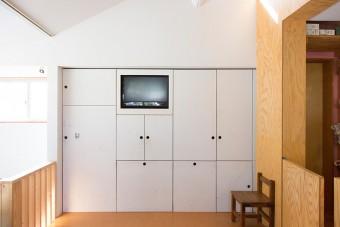 リビングの収納はデザイン、サイズを決めて製作所に依頼。テレビもすっきりと収めた。
