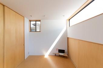 ベッドルームは何もないシンプルな空間。テラス前の窓以外は小さなピクチャーウインドにして、外の風景を切り取っている。