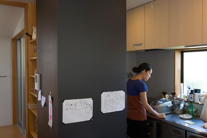 美沙さんは1日のほとんどをキッチンで過ごす。黒板はメモ書きに活躍。