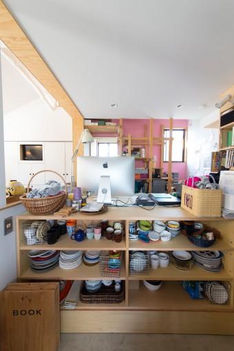 キッチンとアトリエを分けるのは、食器類を収める棚。