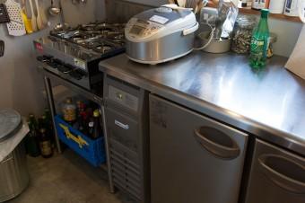 業務用冷蔵庫に4口コンロが置かれたプロ仕様のキッチン。「人が楽しんでくれること」を大切に、料理を演出。