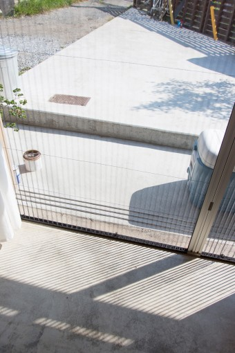 モルタルでつながったテラス。フェンスは前の住人からのもの。