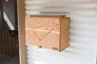 葉山で知り合った木工職人に依頼したレターボックス。外壁は波打たせることで、陰影を出している。