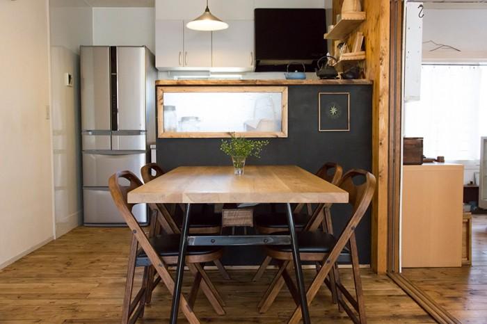 家具のイメージに合わせてキッチンをコーディネート。シンクの向こうの窓からの日差しを活かすため、仕切りにはアンティークのガラスを使って小窓を取り付けた。