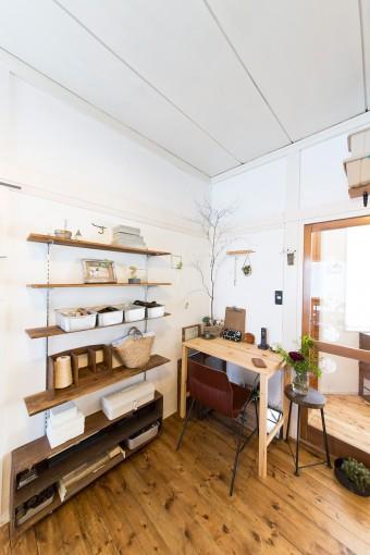 1階の床はパイン材で統一。すべて夫婦で敷き詰めた。天井や桟も白の塗料を塗った。