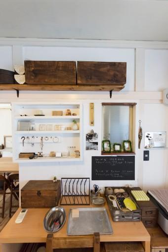 アトリエにあるともえさんの作業机。古道具に合わせて、棚や小窓を夫が製作した。