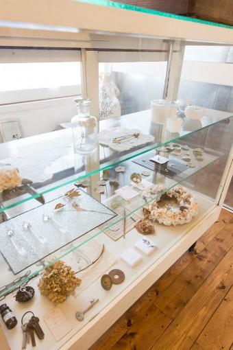 アンティークのショーケースに、繊細な作品をディスプレイ。骨董市で見つけた雑貨と調和する。
