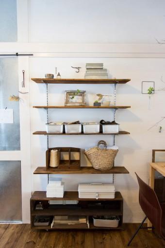 作業道具は壁に取り付けたオープンシェルフに収納。上段はディスプレイ用の飾り棚として使用。