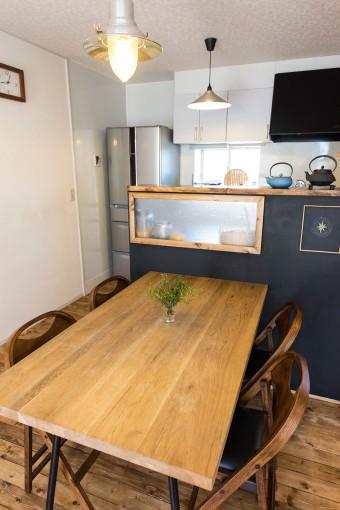 古材と鉄の組み合わせが気に入って購入したダイニングテーブル。椅子はACME FURNITURE。