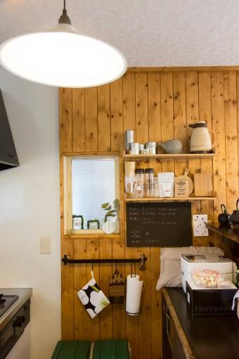 カウンターの天板は、水をはじくようコーティングされていた以前のテーブルをリメイク使用したもの。