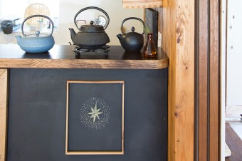 お茶を楽しむ鉄瓶。カウンターの黒板にフレームを取り付け、季節毎にチョークで描き替える。これは旧暦の七夕に合わせたもの。