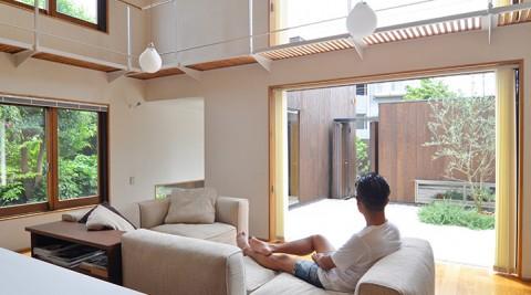分散配置されたボックス状の家豊かさの印象を生む空間の仕掛けと緑