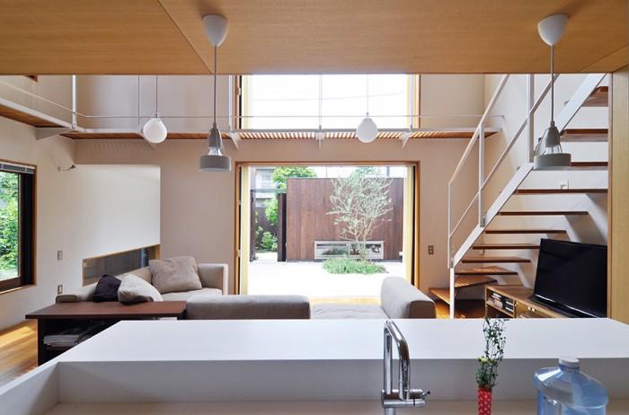 キッチンの床がダイニングと同様リビングより30cm下がっているため、キッチンに立ってもソファに座っている人との目線の高さの違いがあまり気にならない。