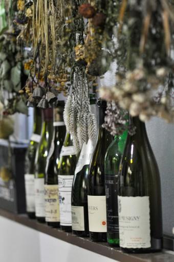 ワインの空き瓶も花器に。
