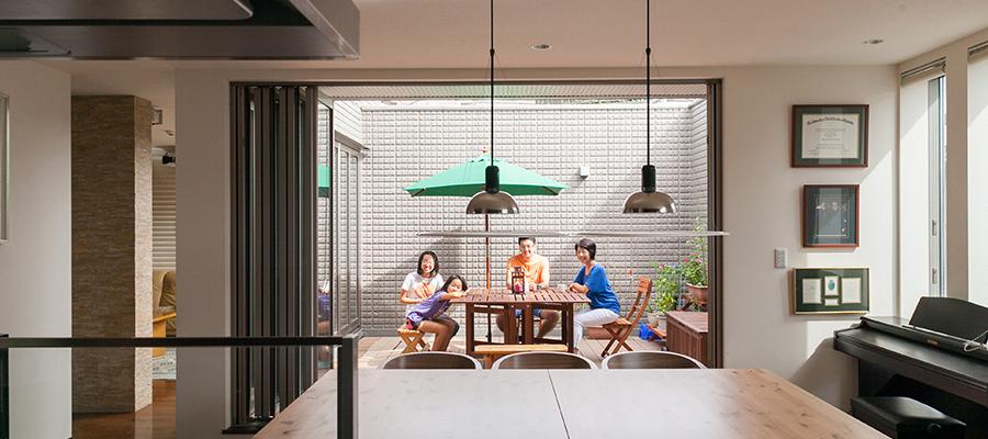 都心の2世帯・3階建 2階LDKとつながる アウトドアリビングを楽しむ
