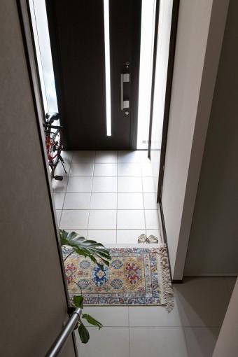 子世帯の玄関。向かって右側にシューズクロークが設けてあり、収納力もたっぷり。