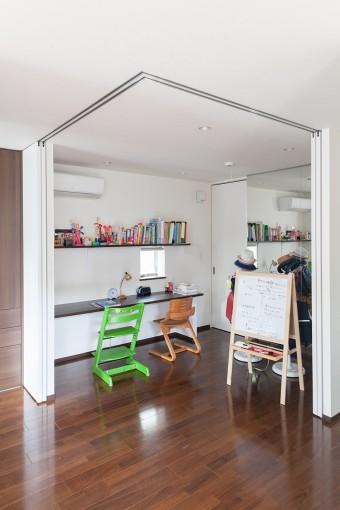 建具で間仕切れるスタディルーム。バレエを習っている絢音ちゃんと心咲音ちゃんのために、右置の壁面は鏡張りに。