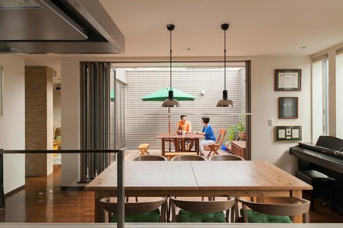 キッチンからダイニング、バルコニーを見る。バルコニーでは、天気のいい休日に家族で朝ご飯を食べることも。