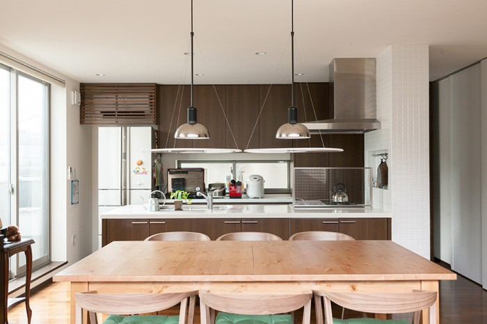 バルコニーからダイニング、キッチンを見る。テーブルはお客様が多いときにも対応できるエクステンションタイプ。